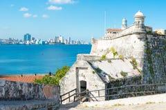 El Morro堡垒在哈瓦那和城市地平线的 免版税库存图片