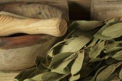 El mortero y las majas de madera al lado de ramas de la bahía se va Imagen de archivo