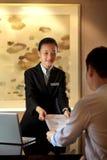 El mostrador de recepción del hotel imagen de archivo