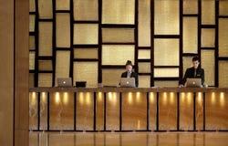 El mostrador de recepción del hotel fotografía de archivo