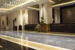 El mostrador del hotel y del pasillo Imágenes de archivo libres de regalías