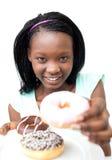 El mostrar bastante africano de la mujer anillos de espuma Fotografía de archivo libre de regalías