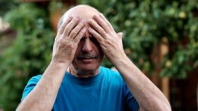 El mostrar caucásico del hombre cuánto su cabeza daña, el parecer al aire libre derecho desgraciado y agotado en jardín almacen de metraje de vídeo