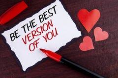 El mostrar conceptual de la escritura de la mano sea la mejor versión de usted Se inspire al texto de la foto del negocio que se  fotos de archivo libres de regalías