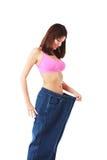 El mostrar de la mujer cuánto peso ella perdió imagen de archivo libre de regalías