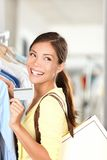 El mostrar de la mujer de las compras de la tarjeta de crédito Fotografía de archivo libre de regalías