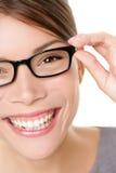 El mostrar de la mujer de los vidrios eyewear Foto de archivo libre de regalías