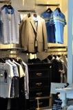 El mostrar de la ropa del hombre Imagen de archivo libre de regalías