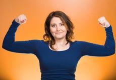 El mostrar de los músculos de la mujer que dobla, exhibiendo su fuerza Foto de archivo