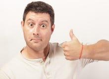 El mostrar del hombre los pulgares sube gesto Fotografía de archivo libre de regalías