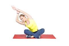 El mostrar femenino joven apto del instructor de la yoga diferente Fotos de archivo libres de regalías