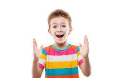 El mostrar sorprendente o sorprendido del muchacho del niño de gran tamaño Imágenes de archivo libres de regalías