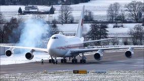 El motor ahumado empieza para arriba realizado por Boeing 747 almacen de metraje de vídeo