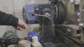 El motor de la amoladora de la correa que es comenzado almacen de metraje de vídeo