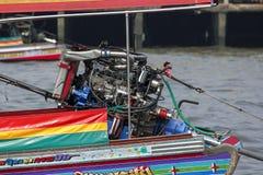 El motor de una navegación del bote pequeño en el río imágenes de archivo libres de regalías