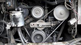 El motor del coche, en un coche corriente, el movimiento del compresor de la polea de correa, generador, cigüeñal almacen de video