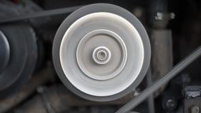El motor del coche, en un coche corriente, el movimiento del compresor de la polea de correa, generador, cigüeñal metrajes