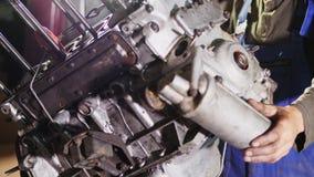 El motor está colgando por separado del coche almacen de video