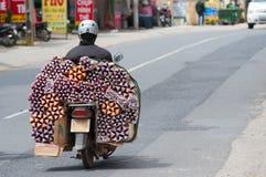 El motorista conduce los palillos aromáticos en Dalat Imagenes de archivo