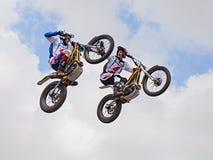 Salto con un ensayo de la motocicleta Foto de archivo