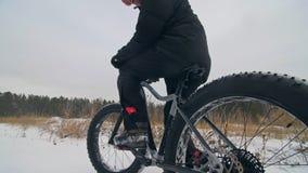 El motorista extremo profesional del deportista sienta una bici gorda en al aire libre El ciclista descansa en el hombre del bosq almacen de video