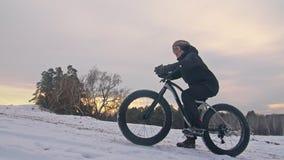 El motorista extremo profesional del deportista sienta una bici gorda en al aire libre El ciclista descansa en el hombre del bosq almacen de metraje de vídeo
