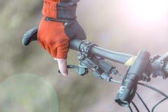 El motorista lleva a cabo roturas en timón de la bici Foto de archivo
