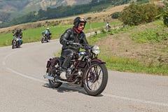 El motorista monta Moto Guzzi viejo de los años 30 Foto de archivo libre de regalías