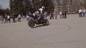 El motorista para precipitadamente después de la aceleración y pone la bici en la rueda delantera almacen de metraje de vídeo