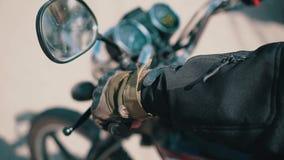 El motorista puso su mano en el volante y los gritos de asombro que tiraban de la válvula reguladora en la motocicleta metrajes