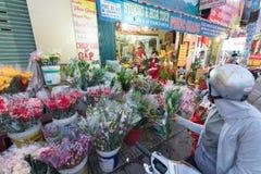 El motorista vietnamita compra flores Imágenes de archivo libres de regalías