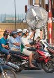 El motorista vietnamita conduce la fan eléctrica Fotos de archivo libres de regalías