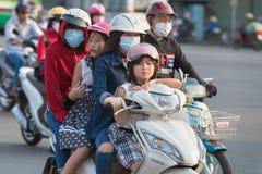 El motorista vietnamita conduce a tres personas más Imágenes de archivo libres de regalías
