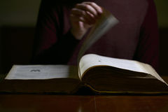 El mover de un tirón a través de las páginas de un libro viejo Foto de archivo libre de regalías