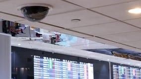 El movimiento de la cámara de seguridad delante de horario de vuelo sube dentro del aeropuerto internacional de Taoyuan