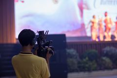 El movimiento de la captura de la imagen del visor de la demostración de la cámara en la ceremonia de boda de la entrevista o de  foto de archivo libre de regalías