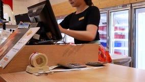 El movimiento de la chica joven hace una compra y paga en el pago y envío con el teléfono almacen de metraje de vídeo
