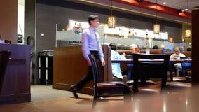 El movimiento de la gente disfruta de la comida dentro del restaurante chino