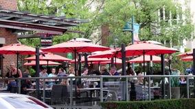 El movimiento de la gente disfruta de la comida en el restaurante del socialhouse de los marrones