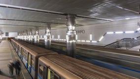 El movimiento de la gente en la plataforma del subterráneo cuando llega el tren, lapso de tiempo almacen de video