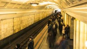 El movimiento de la gente en la plataforma del subterráneo cuando llega el tren, lapso de tiempo metrajes