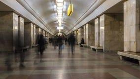 El movimiento de la gente en la plataforma del subterráneo cuando llega el tren, lapso de tiempo almacen de metraje de vídeo