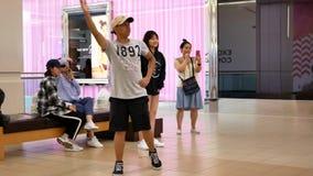 El movimiento de la gente joven que bailaba con Xbox demostró el juego