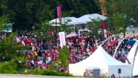 El movimiento de la gente recolecta junto para celebrar el día de Canadá en el parque almacen de video