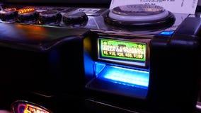 El movimiento de la mujer inserta el dinero en la máquina tragaperras dentro del casino metrajes