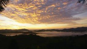 El movimiento de la niebla, salida del sol sobre las montañas y niebla Timelapse en Khao Kho Phetchabun, Tailandia almacen de metraje de vídeo