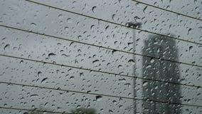 El movimiento de la opinión y de la lluvia del día lluvioso cae el desplazamiento abajo en el parabrisas almacen de video