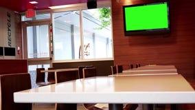 El movimiento de la pantalla verde TV y vacia el lugar de consumición en McDonalds almacen de video