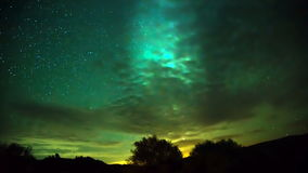 El movimiento de la vía láctea a través del cielo detrás de las nubes metrajes