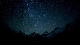 El movimiento de las estrellas en el cielo nocturno metrajes
